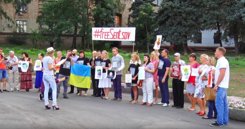 Днепр стал частью международной акции: жители города поддержали Олега Сенцова