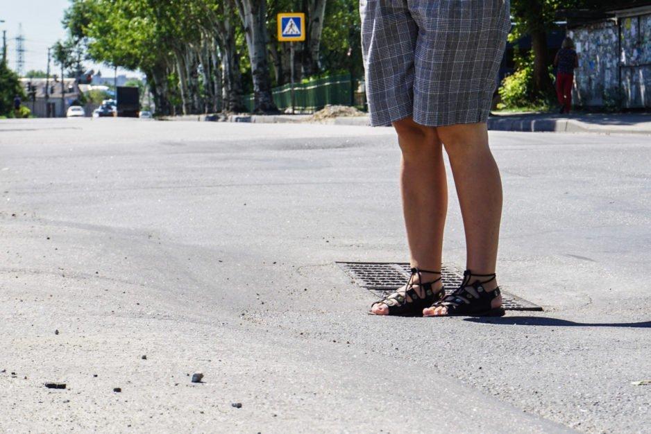 """""""Слабое звено"""" Днепра: на улице Янтарной дорогу ремонтируют несколько раз за год"""