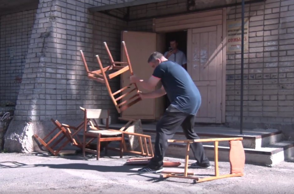 Газовые войны: активист разобрал офис Днепрогаза на дрова