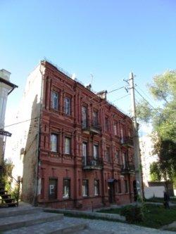 Dom utyug Ispolkomovskaya 14 so stenoj. 1