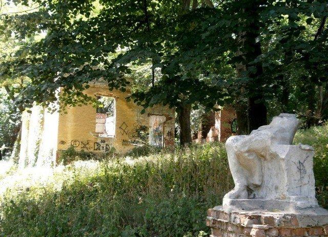 Ruiny i statuya. Foto 2013 g. M. Kavuna.
