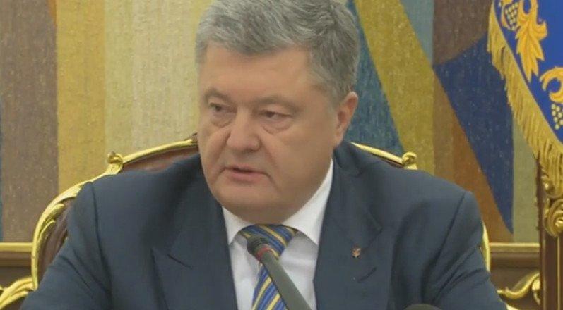 Порошенко поддержал введение военного положения в Украине