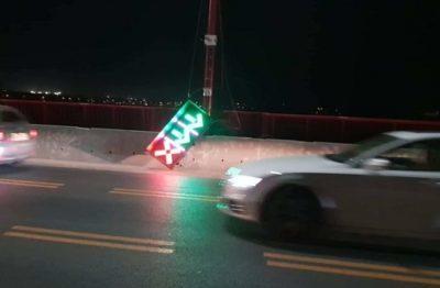 На Новом мосту в Днепре упал светофор и столб