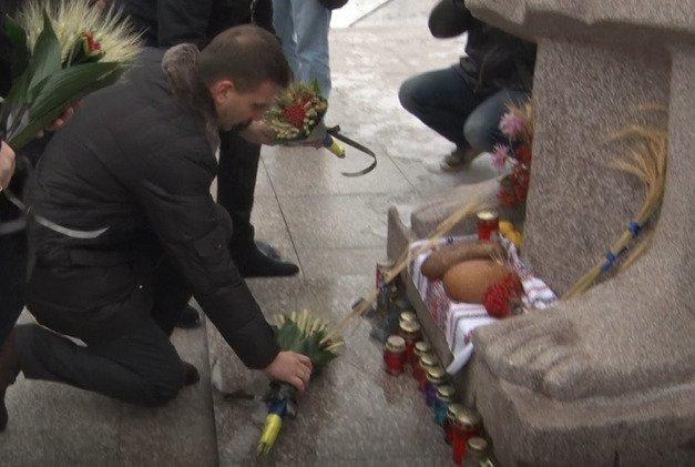Gleb Prigunov kladyot tsvety k memorialu zhertvam Golodomora
