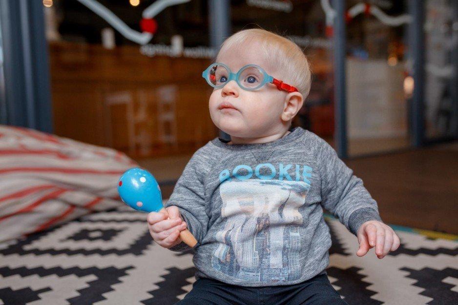 Мальчик-альбинос из Каменского нуждается в помощи