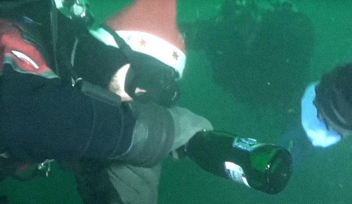 На Днепропетровщине дайверы установили новогоднюю ёлку и открыли шампанское под водой