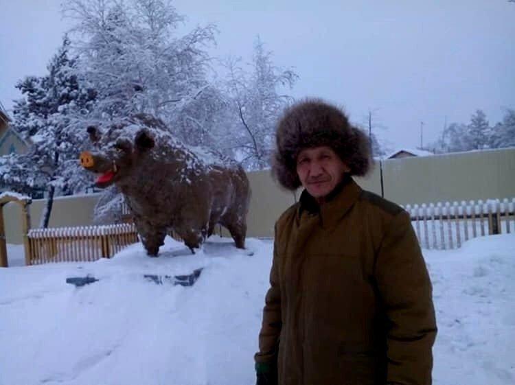 Символ Нового Года: в России слепили свинью из навоза
