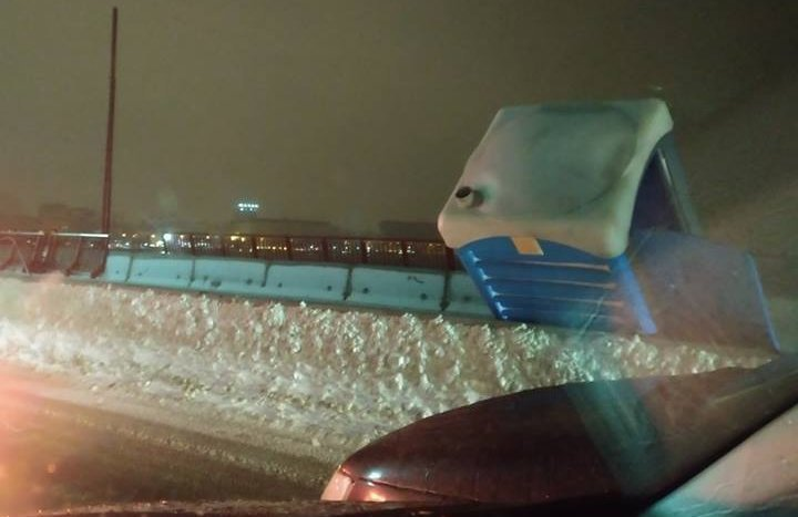 На Новом мосту в Днепре ветром сдуло биотуалет