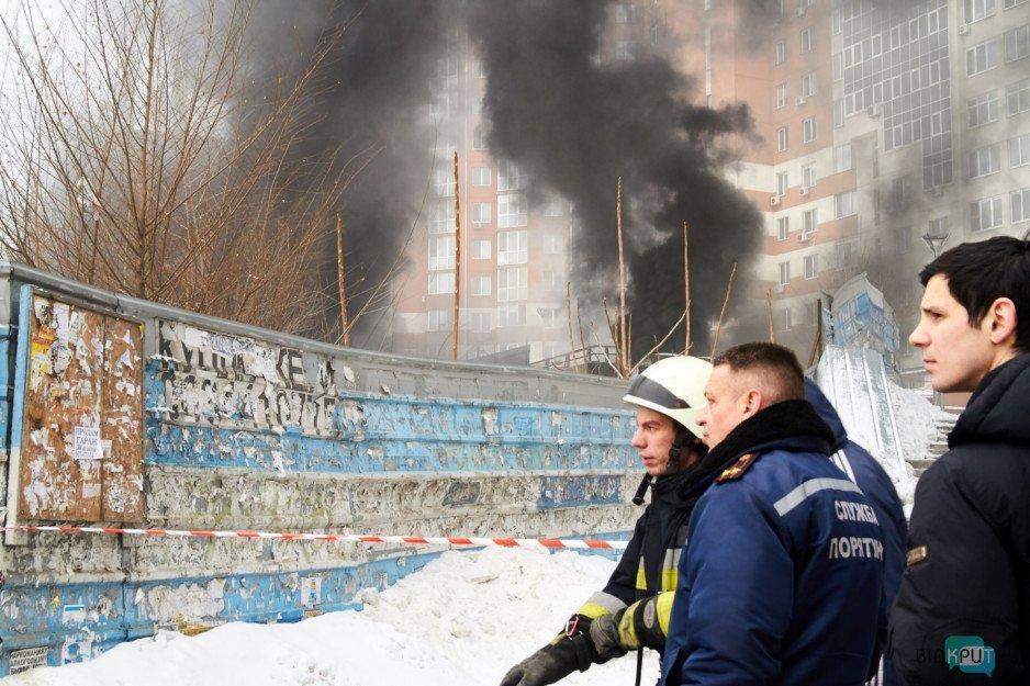 В Днепре спасатели ликвидируют возгорание в здании на бульваре Кучеревского (фоторепортаж)