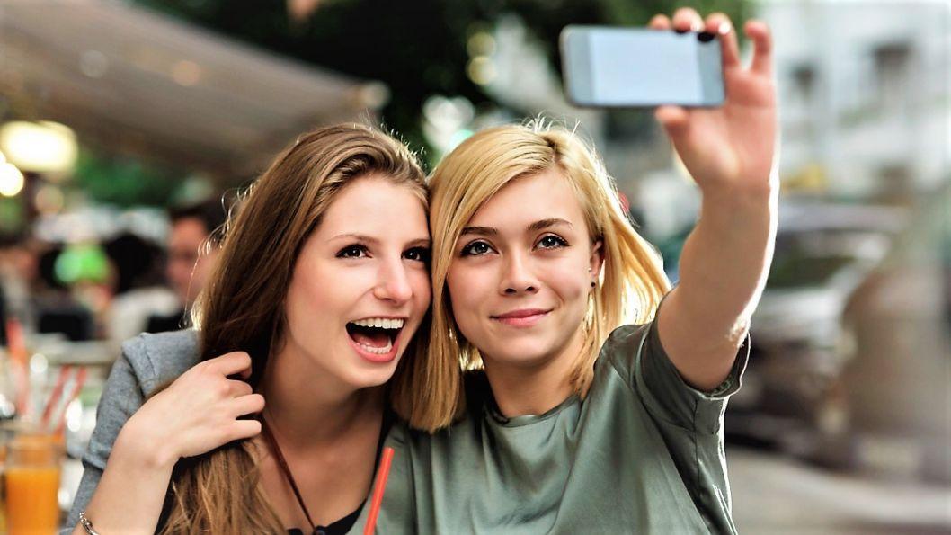 Почему нас раздражают счастливые фотографии в социальных сетях