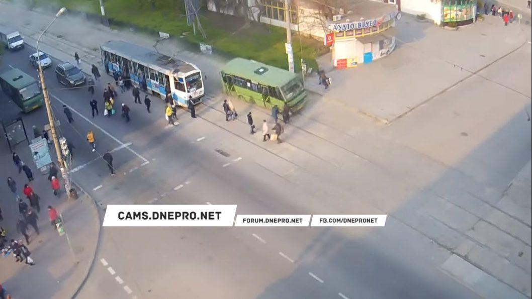 В Каменском у автобуса отказали тормоза, и он вылетел с дороги