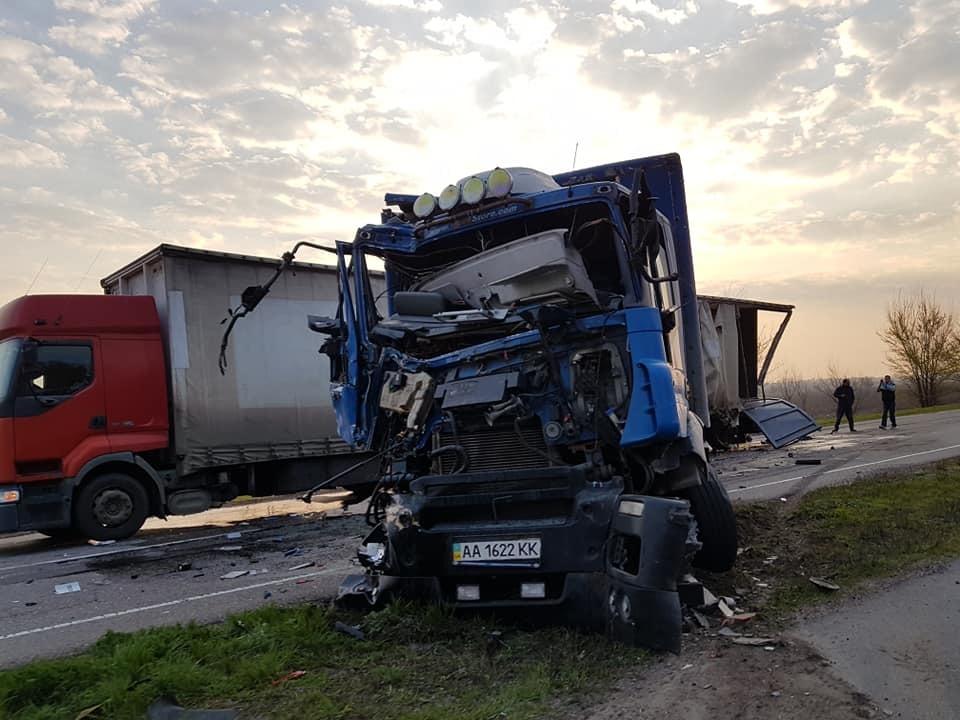 На трассе под Днепром произошло ДТП с участием трех грузовиков