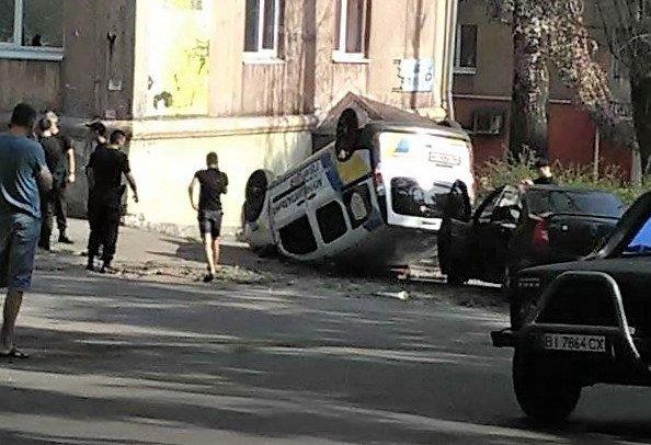 У Кам'янському автомобіль «Муніципальної гвардії» врізався у легковик та перекинувся на дах