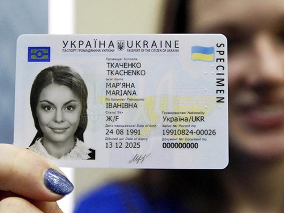 Українцям дозволять фотографуватися на паспорт у головному уборі та окулярах