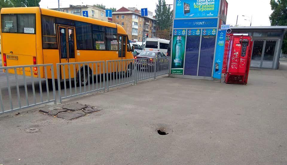 У Дніпрі на Слобожанському проспекті утворилася яма в асфальті