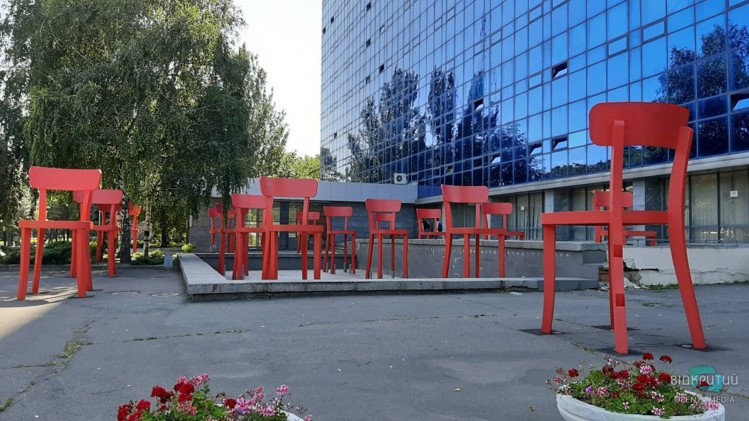 Зі стільців біля Дніпровського університету прибрали тематичні написи