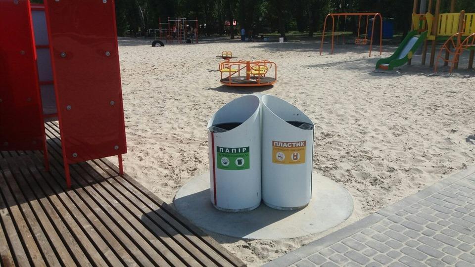 У одному з дніпровських парків з'явилися урни для сортування сміття