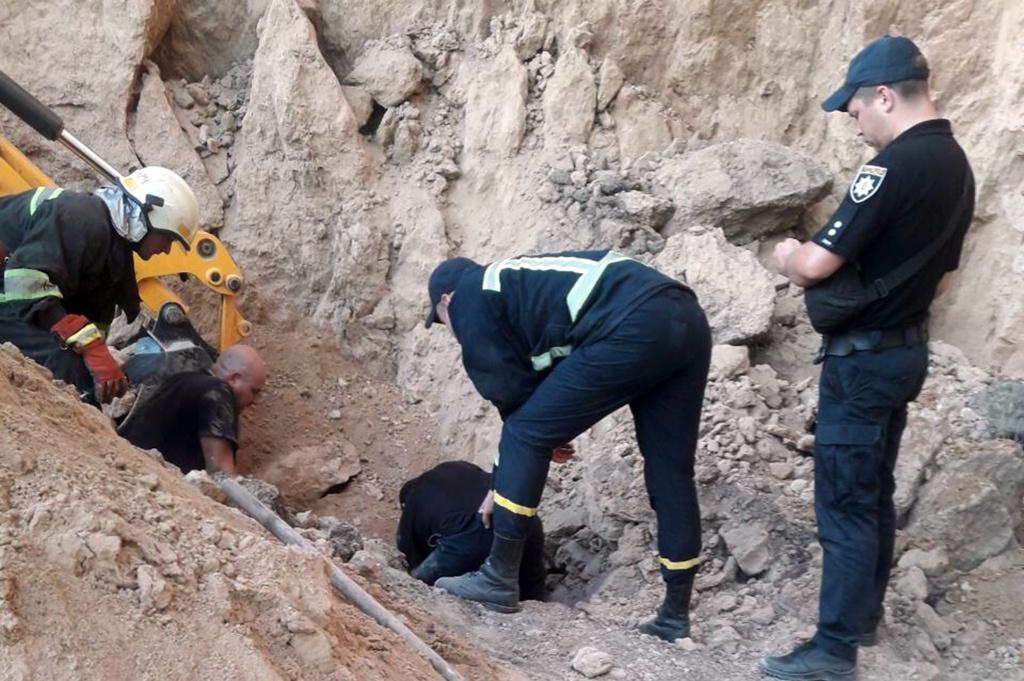 У Дніпрі врятували чоловіка з-під завалу глини