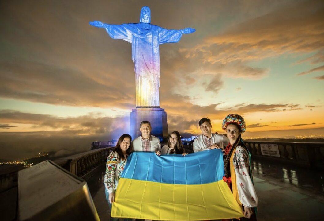 Статуя Христа-Спасителя в Ріо засвітилася жовто-синіми кольорами