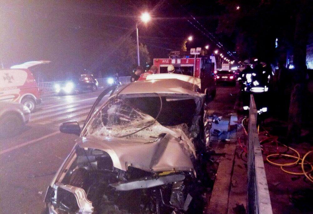 Загиблий, рятувальники та розтрощена автівка: у Дніпрі сталася смертельна ДТП