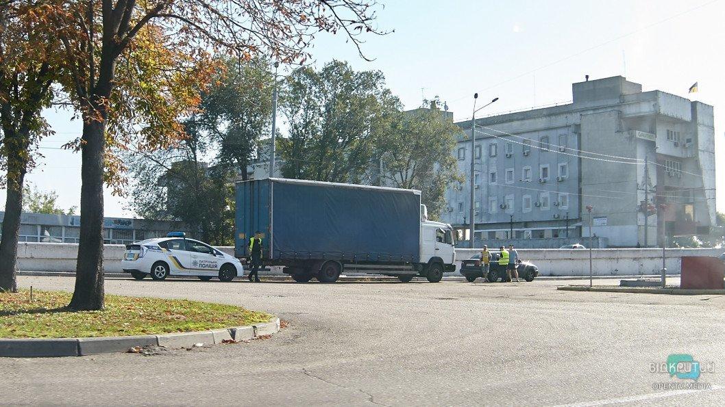 У Дніпрі на Набережній Заводській вантажівка врізалася у легковик
