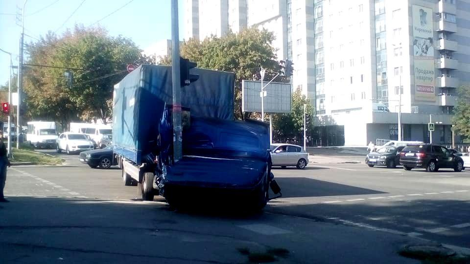 У Дніпрі на проспекті Поля вантажівка з відкритою кабіною врізалася в опору світлофора