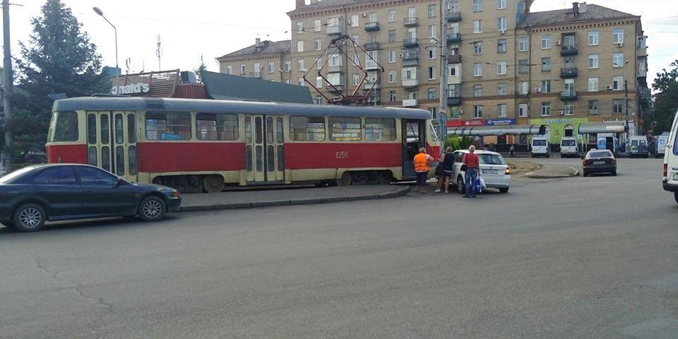 У Дніпрі на площі Старомостова легковик врізався у трамвай