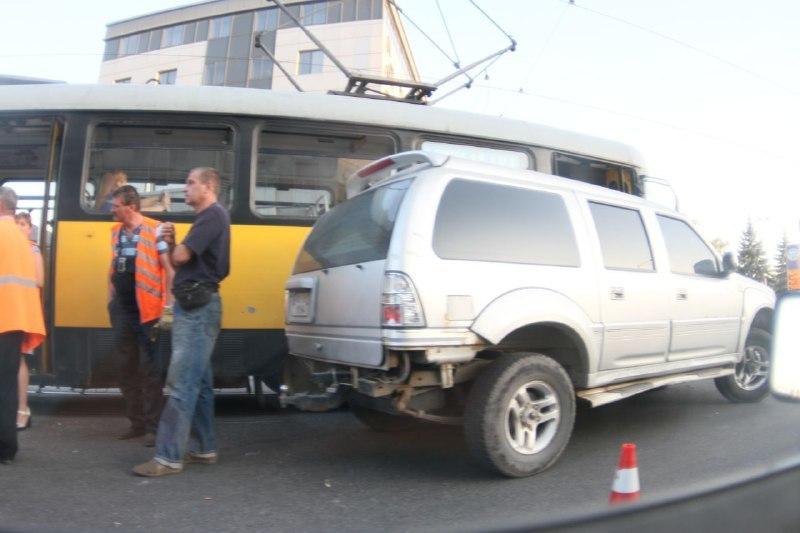 У Дніпрі на вулиці Курчатова позашляховик врізався у трамвай