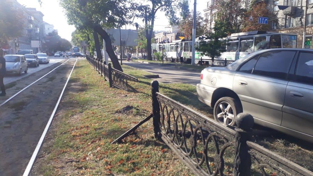 Зніс паркан та вилетів на пішохідну алею: у Дніпрі на проспекті Яворницького масштабна ДТП