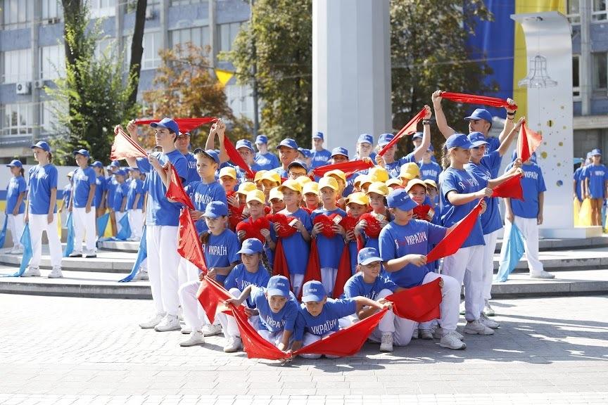 Телеміст, хода у вишиванках, флешмоб, вручення нагород: як Дніпро святкує День Незалежності України