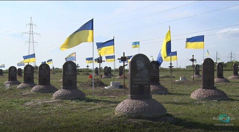 У Дніпрі на Краснопільському кладовищі з'явиться флагшток замість встановлених активістами прапорів