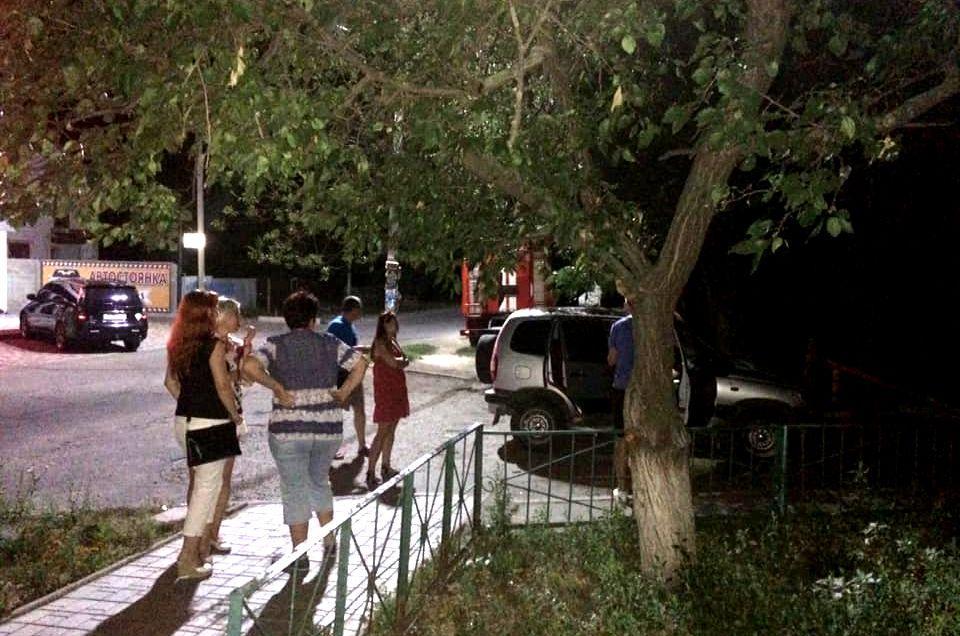 У Новомосковську на знак протесту чоловік поливав сусідів фекаліями з відра