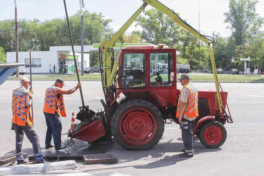 Будівельне сміття та старі меблі: що приховують водозливні колектори у Дніпрі