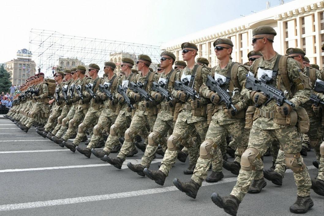 Зеленський скасував парад, щоб виплатити військовим по дві тисячі гривень