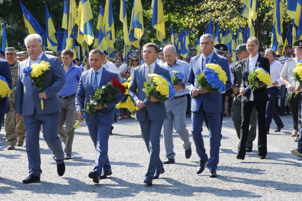 Незвичайні традиції: Гліб Пригунов 18 років не змінює краватку на державні свята
