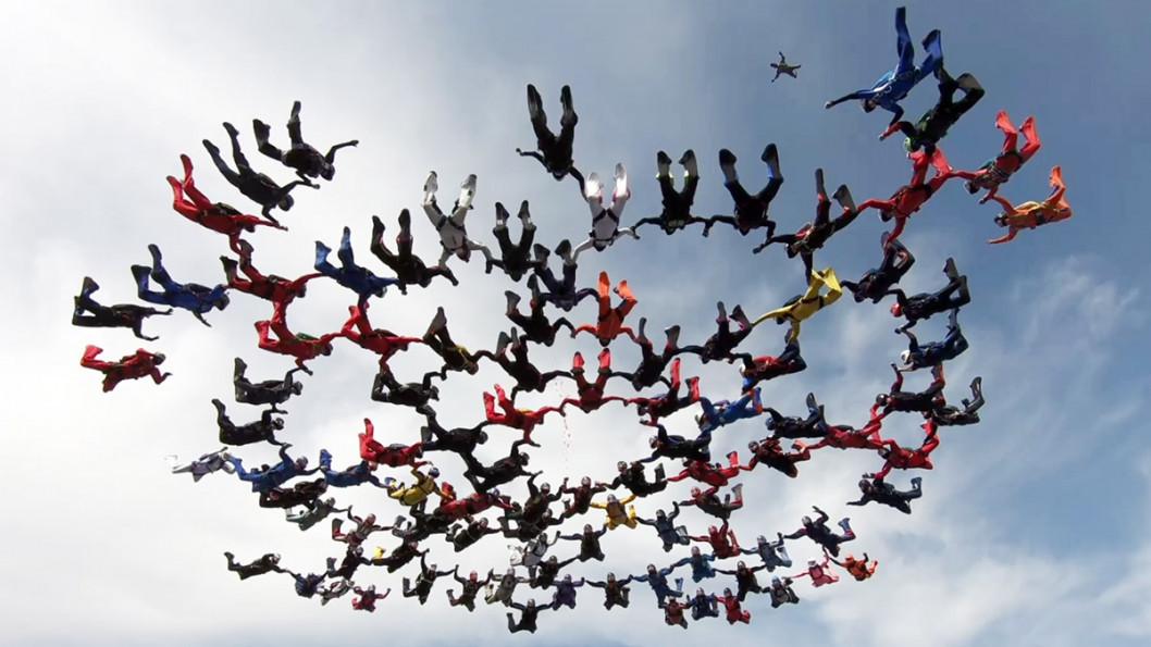 Уперше в Україні скайдайвери створили у небі фігуру 100-way