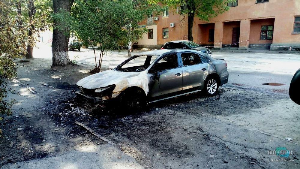 У Дніпрі на вулиці Софії Ковалевської дотла згорів легковик