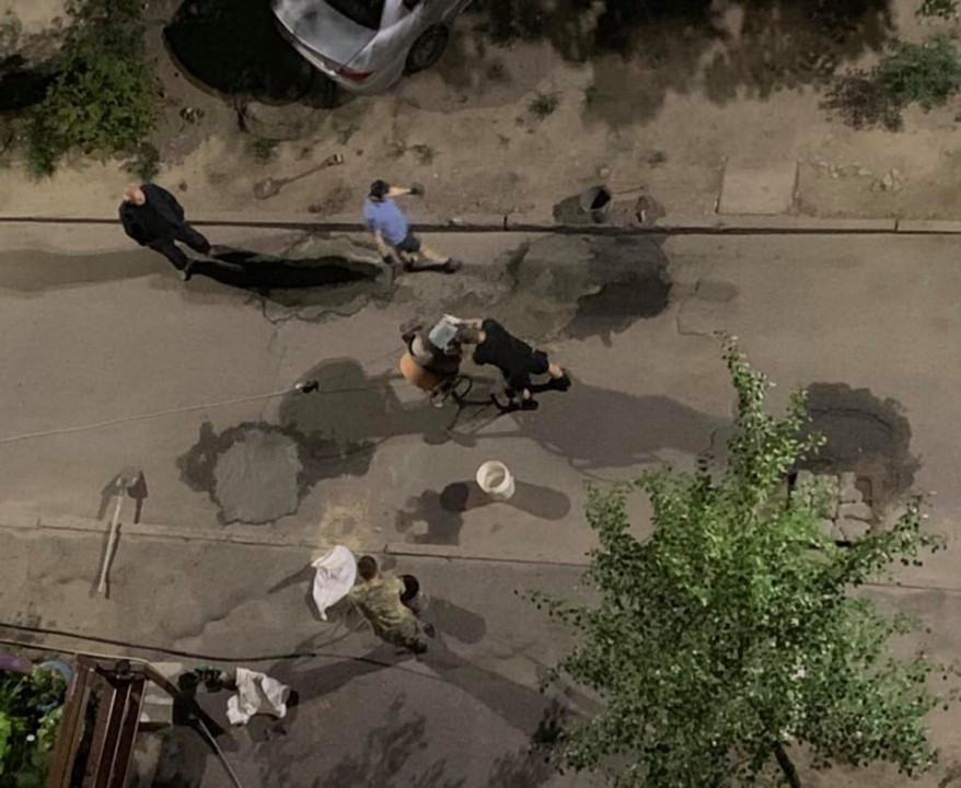 У Дніпрі містяни власними силами відремонтували дорогу