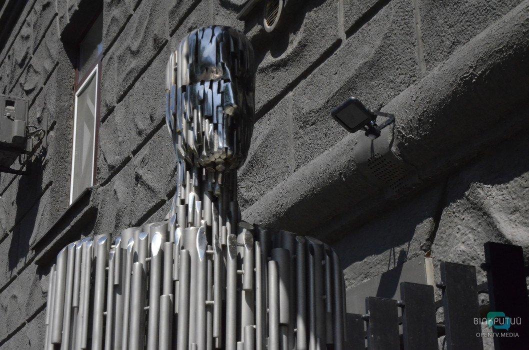 zheleznyj chelovek skulptura