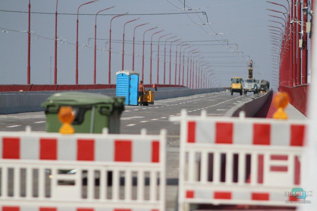 Почти готов к открытию: в Днепре на Новом мосту нанесли дорожную разметку