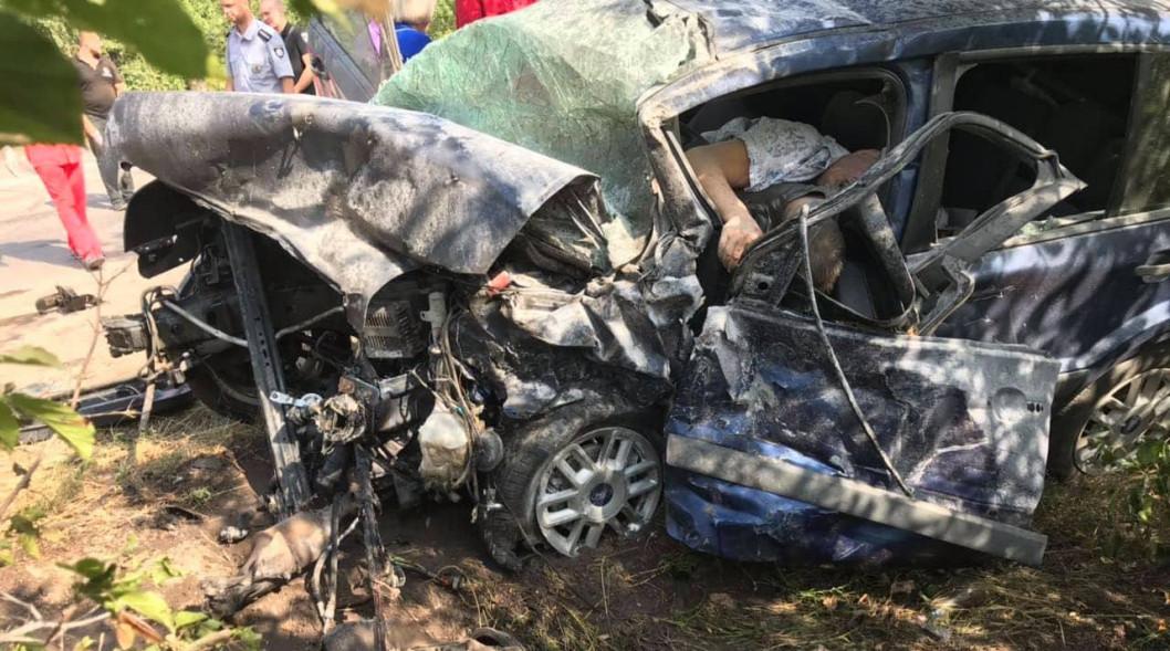 В Кривом Роге при лобовом столкновении двух автомобилей погибли три человека