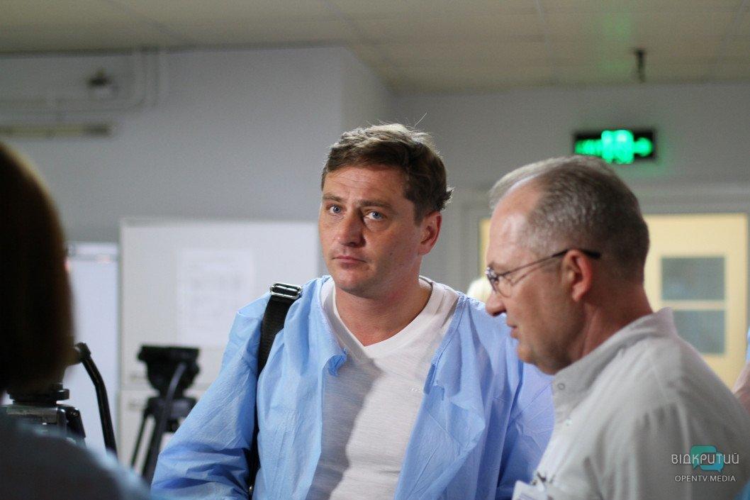 Украинские актеры посетили раненых бойцов в больнице Мечникова в Днепре