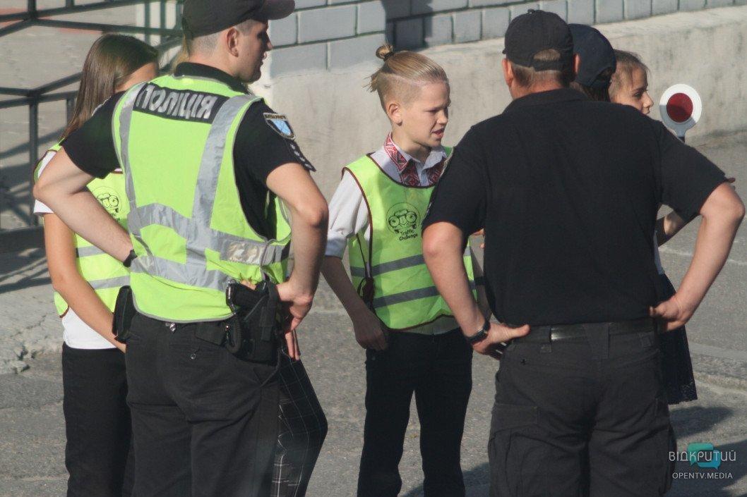 В Днепре дети провели профилактические беседы с нарушителями ПДД возле школы