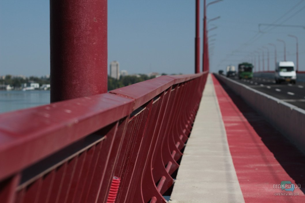 Кроссовки в краске, боль в глазах: прогулка по открытому Новому мосту в Днепре