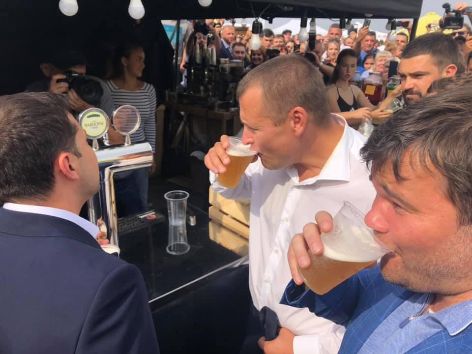 Зеленский выпил пива с Филатовым на День Днепра