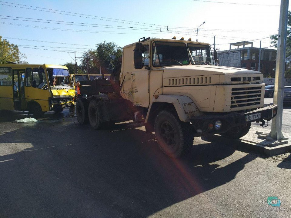 В Днепре маршрутка влетела в грузовик: 11 пострадавших