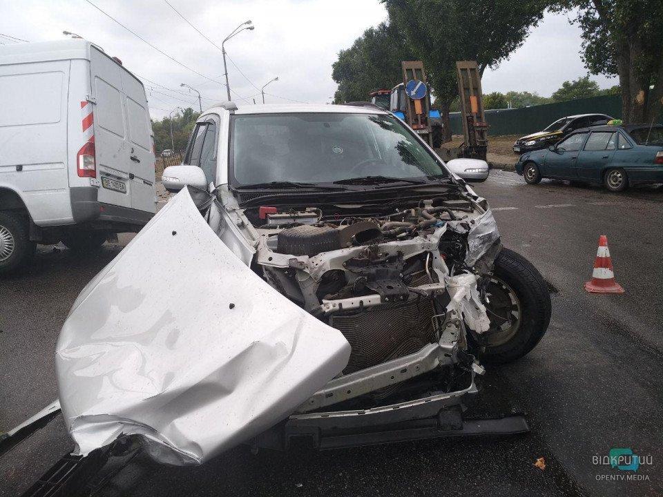 В Днепре столкнулись грузовик с картошкой и легковой автомобиль: есть пострадавшие