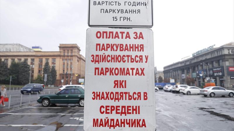 В Днепре водителям запретили платить парковщикам