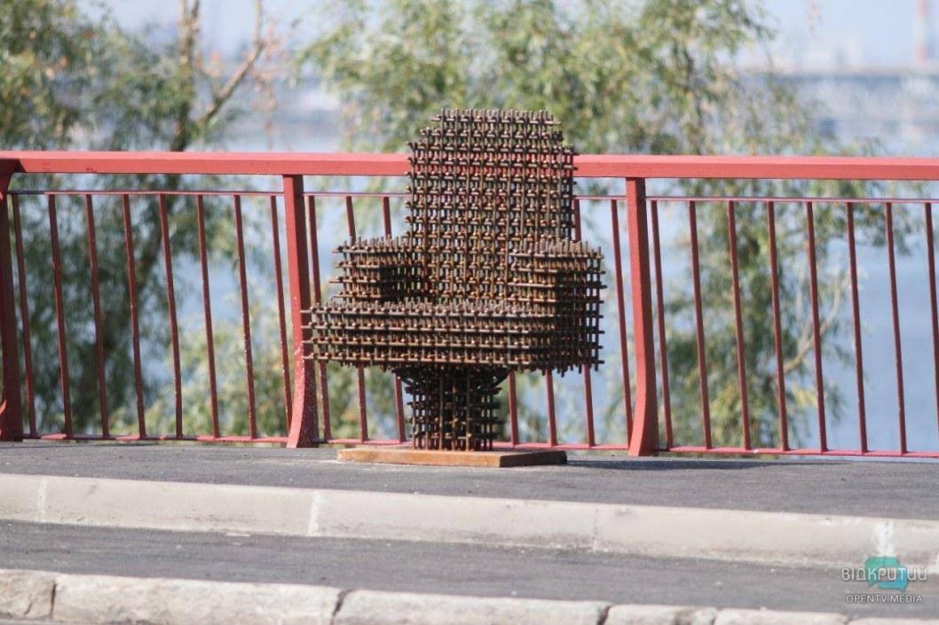 На Новом мосту в Днепре установили «кресло мэра»