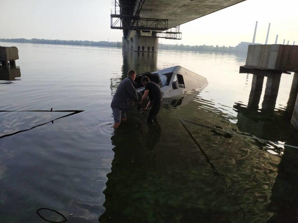 Приехали: в Днепре микроавтобус укатился в реку